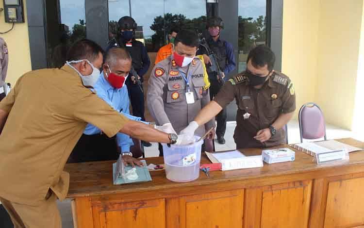 Kapolres Seruyan AKBP Agung Tri Widiantoro memimpin pemusnahan barang bukti sabu
