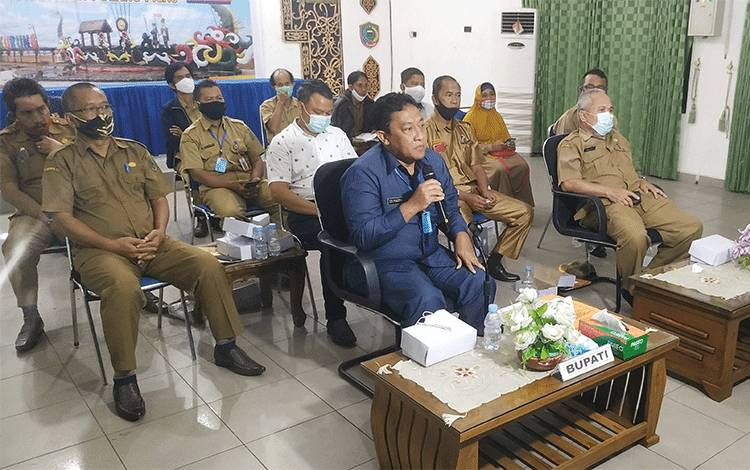 Bupati Pulang Pisau Edy Pratowo saat mengikuti rapat koordinasi lanjutan pembahasan program Food Estate secara virtual melalui video conference dengan Menko Perekonomian RI.
