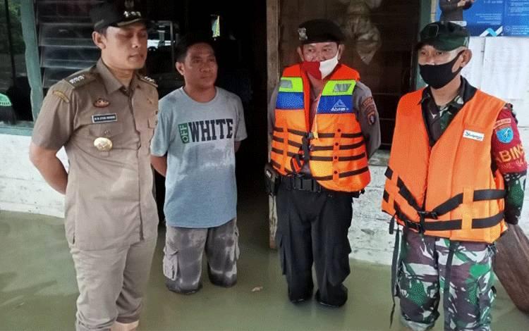 Camat Aruta Muhammad Iksan memantau desa yang terendam banjir.