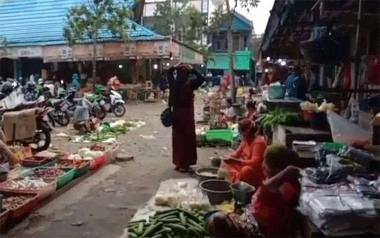 Aktivitas pedagang di Pasar Indrasari Pangkalan Bun. 4 pedagang dinyatakan positif covid-19. Aktivitas PKL, pasar malam dan subuh di Pasar Indra Sari Pangkalan Bun akan ditutup sementara.