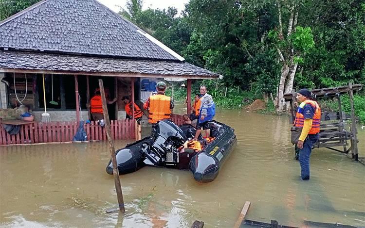 Petugas gabungan mengevakuasi warga terdampak banjir di Kecamatan Arut Utara. Tercatat ada 104 rumah yang terdampak.