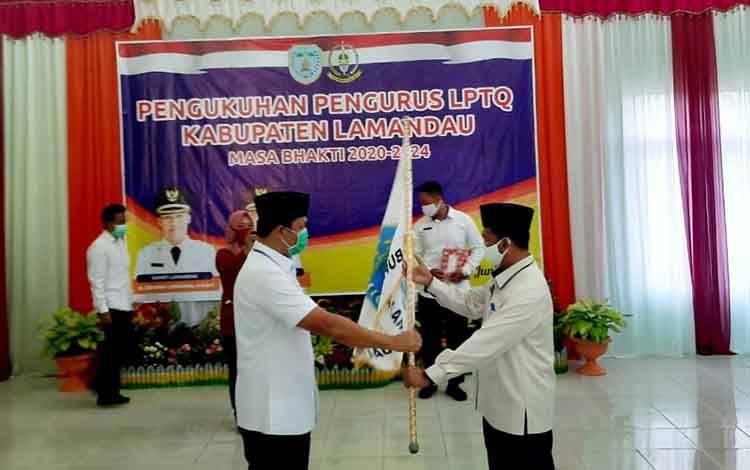 Bupati Hendra Lesmana menyerahkan panji LPTQ kepada Ketua LPTQ Lamandau masa bhakti 2020 - 2024, Rabu, 24 Juni 2020.