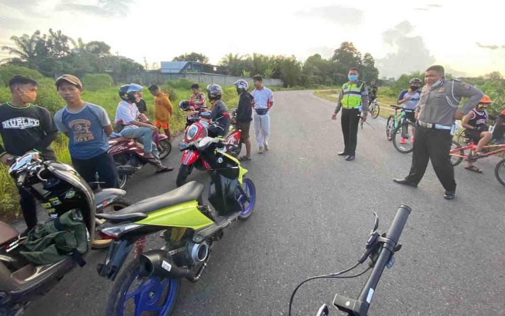 Personel Satlantas Polres Kotawaringin Timur menertibkan balapan liar di jalan sekitar Bandara H Asan Sampit, Rabu, 24 Juni 2020 sore.