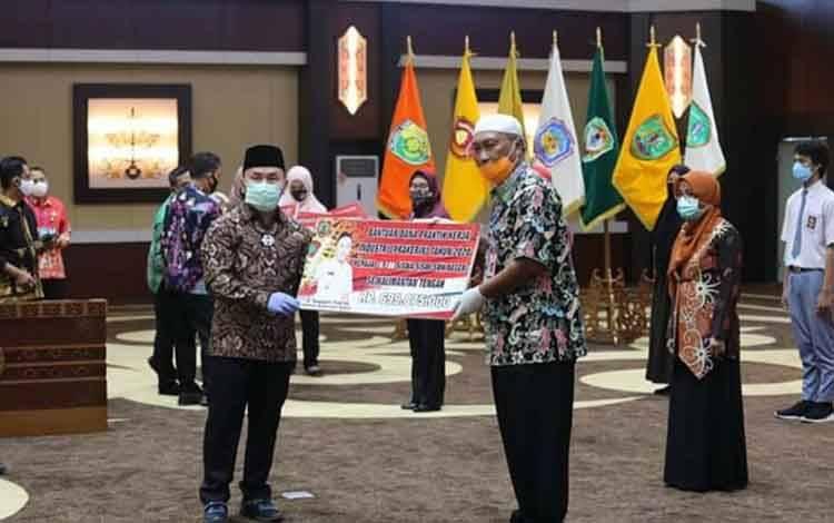 Gubernur Kalteng, Sugianto Sabran menyerahkan secara simbolis bantuan prakerin kepada Kepala Dinas Pendidikan Provinsi, Mofit Saptono.