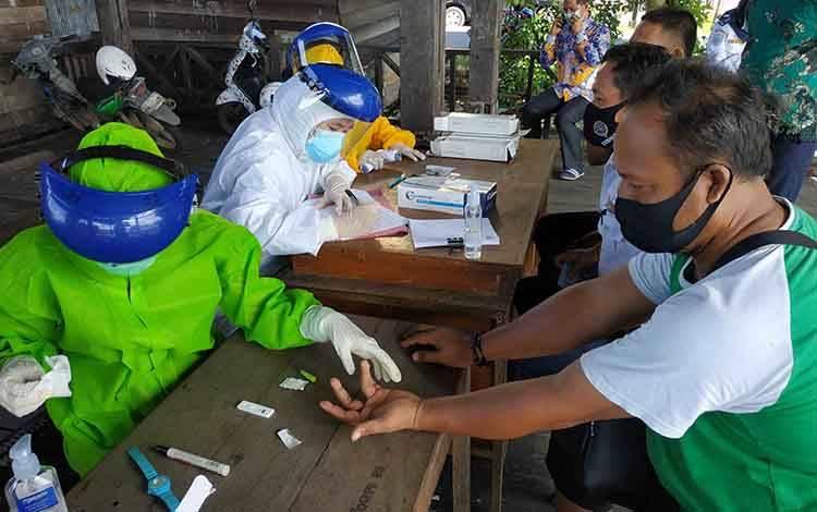 Para sopir di Kuala Pembuang saat mengikuti rapid test massal, Kamis, 25 Juni 2020.