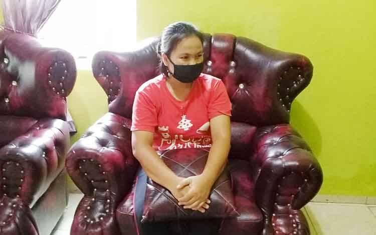 Istri J, warga RT 04 Desa Bamban Kecamatan Benua Lima.