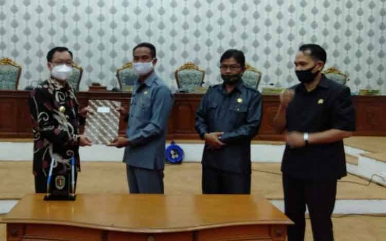 Bupati Katingan Sakariyas menerima dokumen LKPj tahun anggaran 2019 yang baru ditetapkan dari Ketua DPRD Marwan Susanto