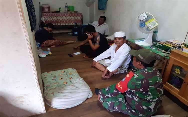 Polisi dan TNI saat berada di rumah orangtua bayi yang diduga diculik