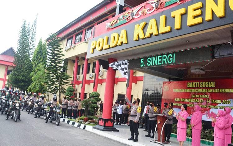 Kapolda Kalteng, Irjen Dedi Prasetyo saat melepas tim pendistribusian paket sembako di depan lobi Mapolda setempat, Jumat 26 Juni 2020.