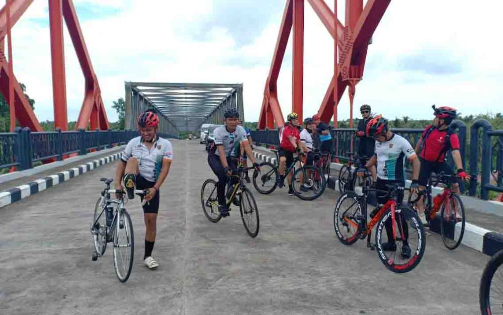 Komunitas sepeda Polres Kotim saat gowes bareng dengan rute Ujung Pandaran - Seruyan, Sabtu, 27 Juni 2020.