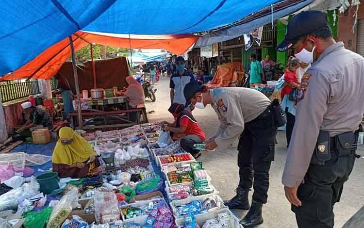 Personil Polsek Kahayan Kuala kegiatan patroli dialogis di pasar mingguan Kelurahan Bahaur Basantan, Sabtu, 27 Juni 2020.