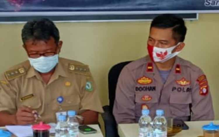 Kapolsek Jaya Karya bersama pihak kecamatan. Sementara itu bayi yang diduga diculik di Samuda sudah ditemukan