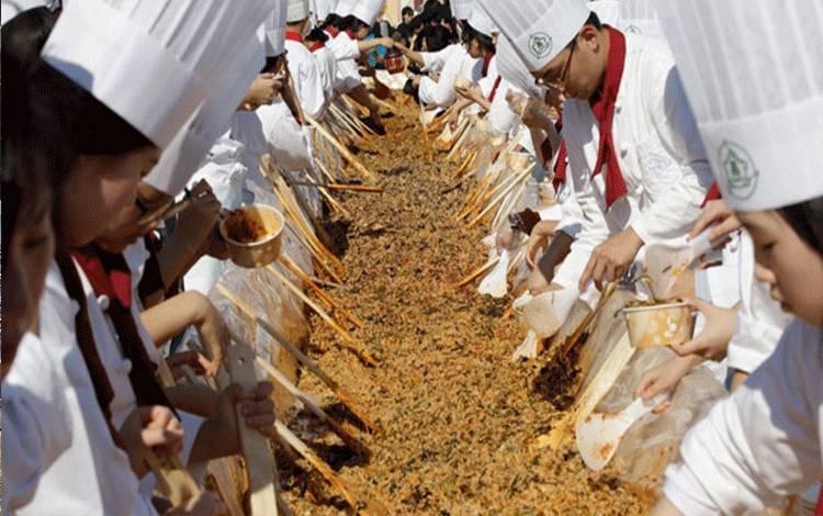 Sejumlah koki dan mahasiswa jurusan kuliner, memperisapkan signature dish bibimbap untuk 12,013 orang pada acara Festival Makanan Korea di Seoul (23/10). AP/Lee Jin-man