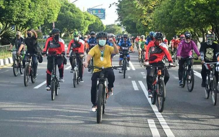 Gubernur Kalteng H Sugianto Sabran saat melakukan olahraga sepeda.