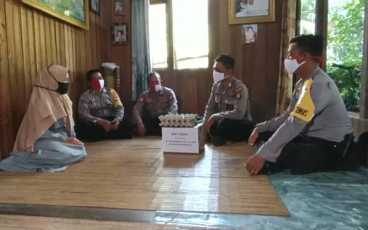 Personel Polsek Kahayan Kuala saat menggelar Baksos dan membantu warga membutuhkan di Kecamatan Kahayan Kuala.