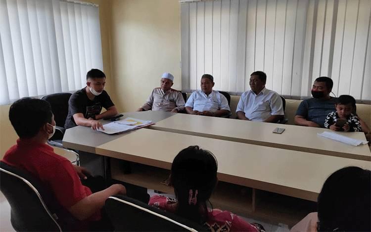 Kapolsek Jaya Karya Ipda Doohan Octa Prasetya melakukan mediasi kasus hilangnya bayi yang ternyata bukan penculikan, Minggu, 28 Juni 2020.