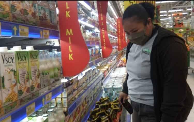 warga yang menggunakan masker sesuai protokol kesehatan saat berbelanja di swalayan