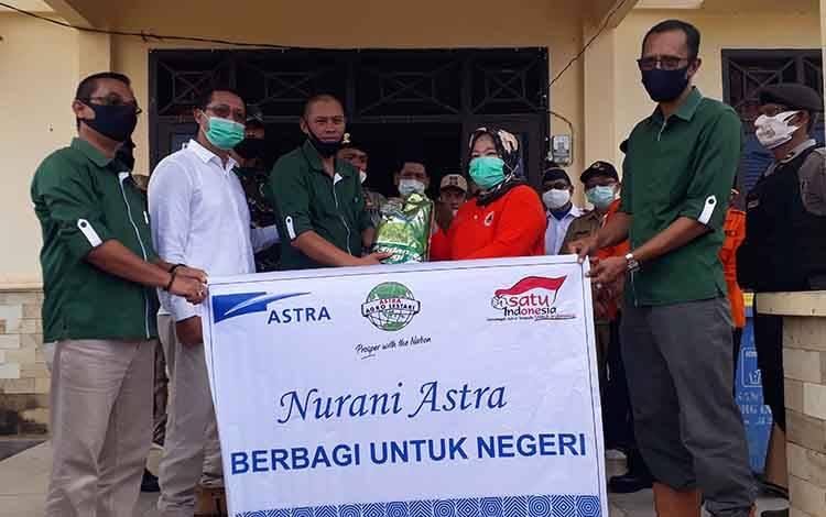 Bupati Kobar Hj Nurhidayah menerima Bansos dari donatur untuk korban banjir di Kecamatan Arut Utara.