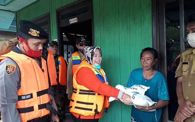 Bupati Kobar, Nurhidayah menyerahkan bantuan untuk warga terdampak banjir di Kelurahan Pangkut, Kecamatan Arut Utara, Selasa, 30 Juni 2020.