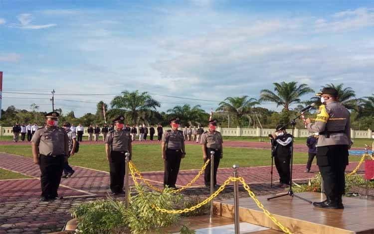 Kapolres Barito Selatan AKBP Devy Firmansyah memimpin korps raport 15 personel