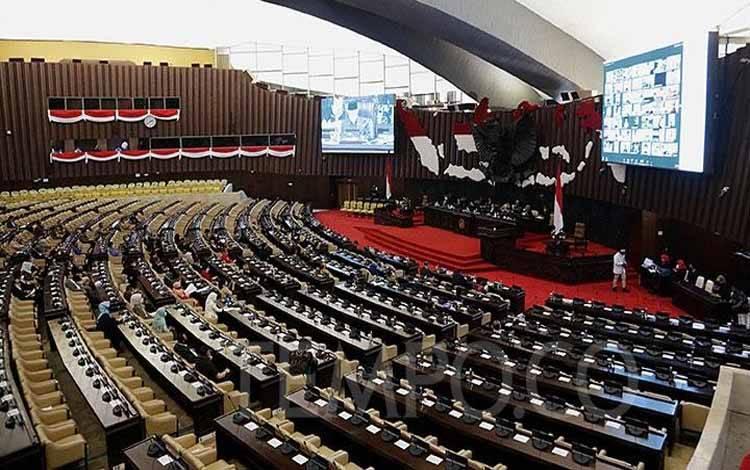 Suasana Rapat Paripurna Pembukaan Masa Persidangan IV Tahun 2019-2020 di Kompleks Parlemen Senayan, Jakarta, Senin, 15 Juni 2020. Rapat ini tak diikuti semua anggota dewan, tercatat hanya sekitar separuh dari keseluruhan jumlah anggota DPR periode 2019-2024. TEMPO/M Taufan Rengganis