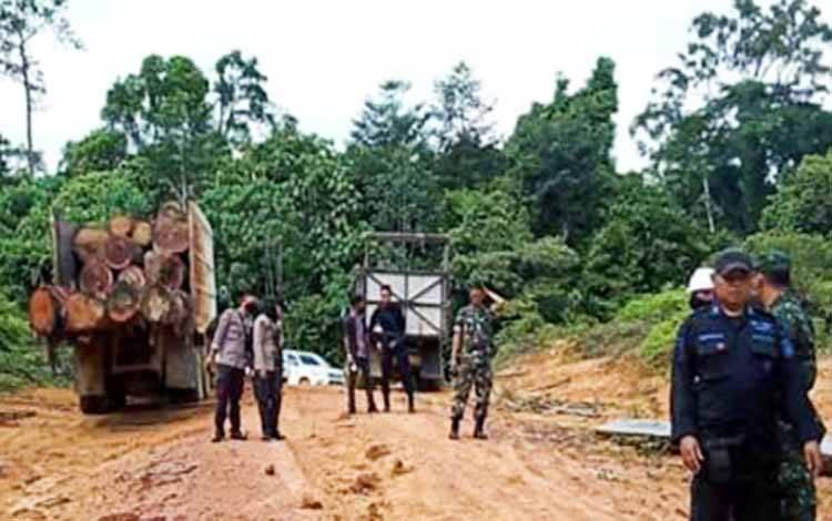 Petugas gabungan saat mengecek lokasi areal izin milik HPH milik PT Hutan Mulya di Kecamatan Senaman Mantikai, Kabupaten Katingan
