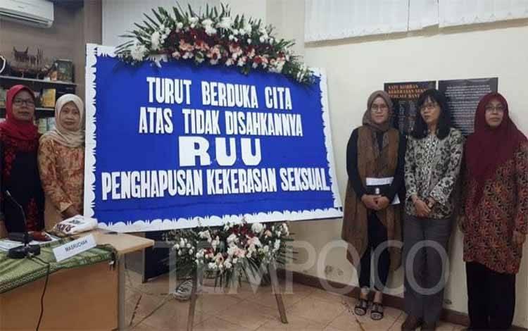Komisioner Komnas Perempuan menyatakan duka cita dan permintaan maaf kepada masyaranat atas tidak disahkannya RUU PKS oleh DPR RI periode 2014-2019 pada Selasa, 1 Oktober 2019 di kantor Komnas Perempuan, Jakarta Pusat. Tempo/Halida Bunga