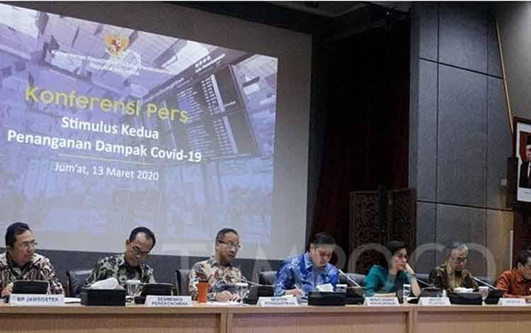 Menteri Keuangan Sri Mulyani (ketiga kiri) bersama Menko Perekonomian Airlangga Hartarto (kedua kiri), Menteri perindustrian Agus Gumiwang Kartasasmita (kiri), Kedua Ojk Wimboh Santoso (kedua kanan), dan materi Perdagangan Agus Suparmanto (kanan) memberikan keterangan terkait Stimulus kedua penanganan Dampak Covid-19 di kantor Kemenko Perekonomian,Jakarta, Jumat, 13 Maret 2020. TEMPO/Sintia Nurmiza
