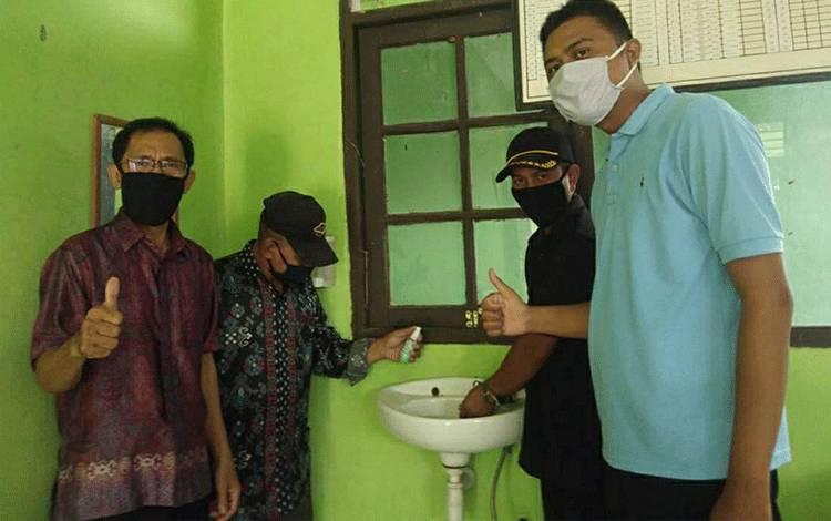 Para Guru MIN 3 Kapuas saat menggunakan tempat cuci tangan sebelum beraktivitas di sekolah.