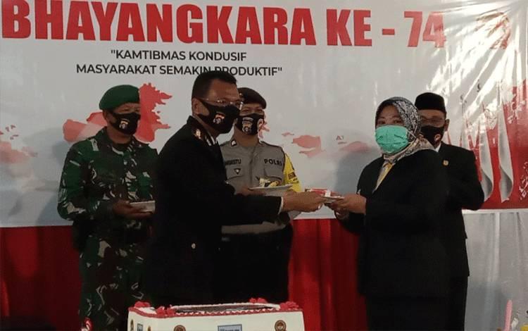 Kapolres Kobar menyerahkan kue HUT Bhayangkara ke-74 kepada Bupati Kobar Nurhidayah, Rabu, 1 Juli 2020