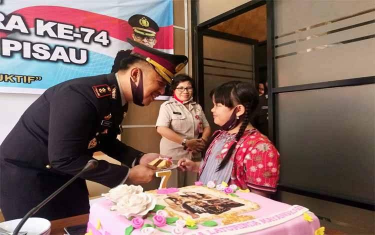 Kapolres Pulang Pisau AKBP Yuniar Ariefianto mendapatkan suapan dari putrinya, Khansa Laturinda Mayangkara, karena bertepatan HUT Bhayangkara ke 74 ini putrinya juga berulang tahun, Rabu 1 Juli 2020