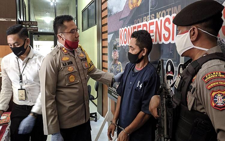 Tersangka kasus pencurian diinterogasi Kapolres Kotim. Tersangka diancam 7 tahun penjara.