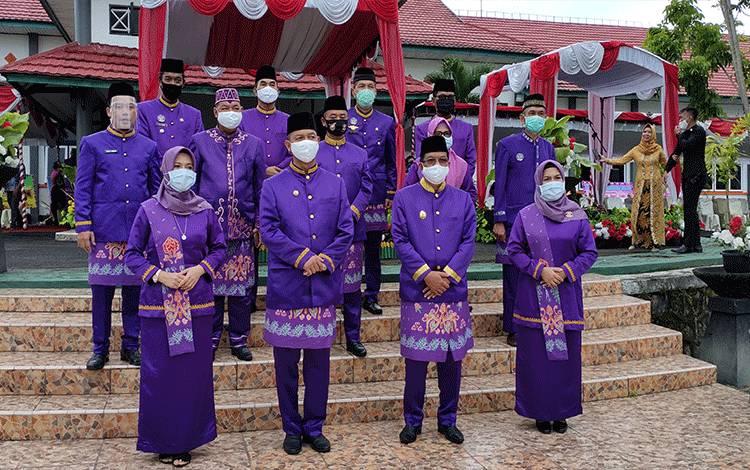 Pelaksanaan apel hari jadi ke- 18 Kabupaten Sukamara di halaman kantor Bupati Sukamara.