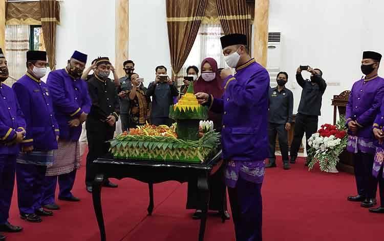 Bupati Sukamara, Windu Subagio saat memotong tumpeng pada parat paripurna Hari Jadi ke 18 Kabupaten Sukamara di DPRD.