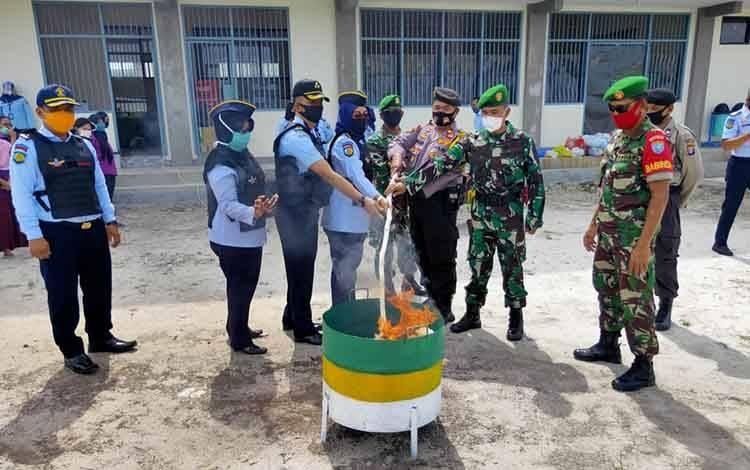 Anggota Koramil Bukit Batu hadiri pemusnahan barang sitaan di Lapas Perempuan Kelas IIA Palangka Raya