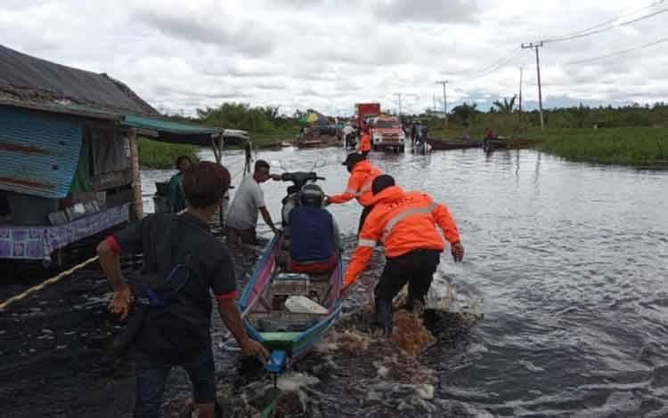 Ruas jalan di Km 30 Jalan30 Jalan Pangkalan Bun - Kotawaringin Lama yang terendam air, Kamis, 2 Juli 2020