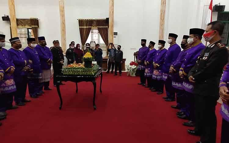 Pemotongan tumpeng pada acara rapat paripurna hari jadi Kabupaten Sukamara ke 18.