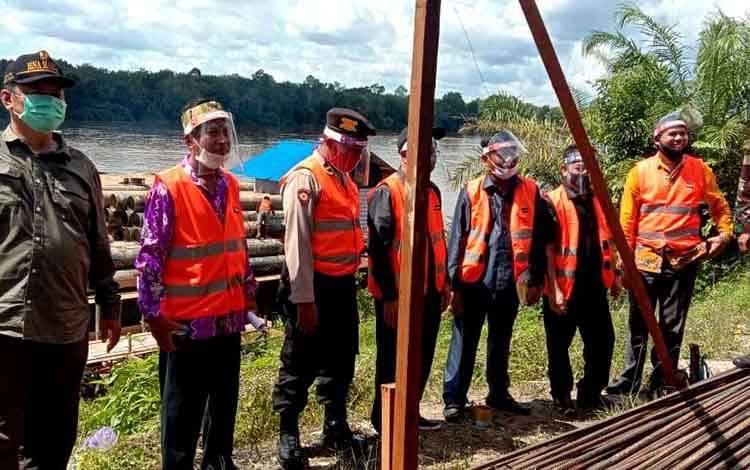 Ketua Komisi III DPRD Barito Utara, Tajeri bersama dua anggota yakni H Abri, H Benny Siswanto, Kabid Bina Marga Rody Pandung dan Plt Camat Montallat Arson saat melihat proses pemancangan tiang jembatan Sikan - Tumpung Laung, Kamis 2 Juli 2020