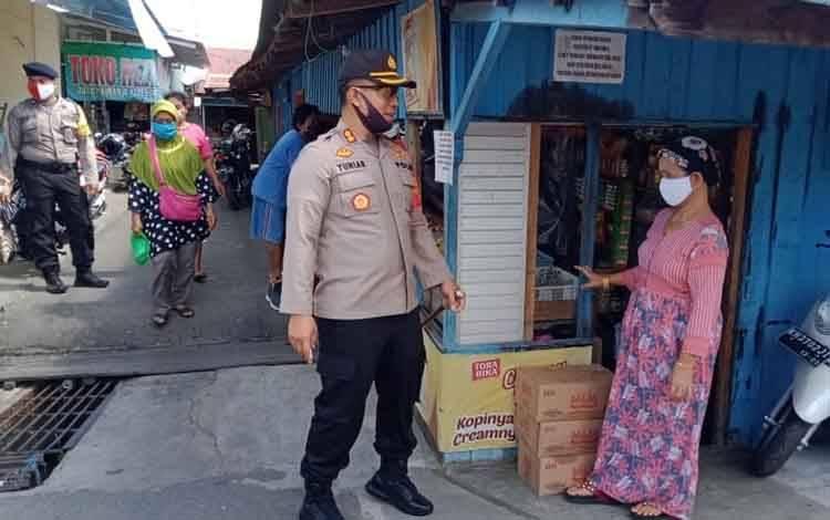 Kapolres Pulang Pisau AKBP Yuniar Ariefianto memberikan imbauan kepada masyarakat untuk menjalankan protokol kesehatan saat grebek pasar