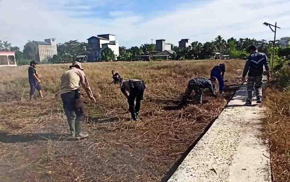 Personel Polsek Kahayan Kuala bersama TNI dan warga gotong royong membersihkan lapangan sepakbola, Kamis, 2 Juli 2020.
