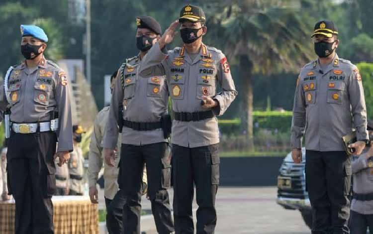 Kapolri Jenderal Pol Idham Azis (kedua kanan) tiba untuk mengikuti Upacara Ziarah Makam dan Tabur Bunga di Taman Makam Pahlawan Nasional Utama (TMPNU) Kalibata, Jakarta, Senin, 29 Juni 2020. Kegiatan tersebut dilakukan dalam rangka rangkaian peringatan HUT ke-74 Bhayangkara yang jatuh pada 1 Juli 2020. ANTARA FOTO/Galih Pradipta