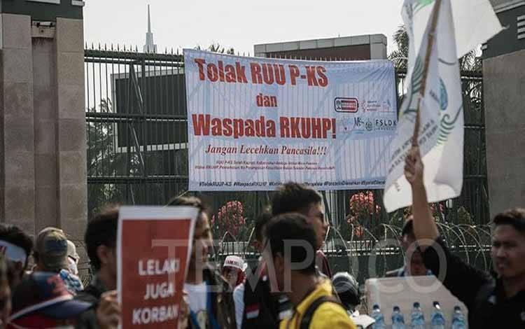 Poster penolakan RUU PKS terpasang di pagar gedung DPR RI bersamaan dengan demo mendukung pengesahan RUU PKS di Jakarta, Selasa, 17 September 2019. TEMPO/M Taufan Rengganis