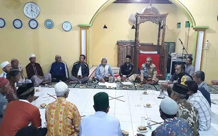 Pengurus Masjid Al Muhajirin bersama tokoh masyarakat musyawarah membahas terkait pemalsuan tanda tangan untuk meminta sumbangan.
