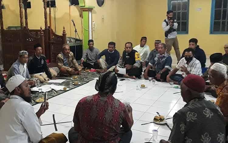 Bhabinkamtibmas Kelurahan Mendawai Aipda Nonot Sukarno saat memberikan pendampingan kasus dugaan mark up dana pembangunan Masjid Al Muhajirin.