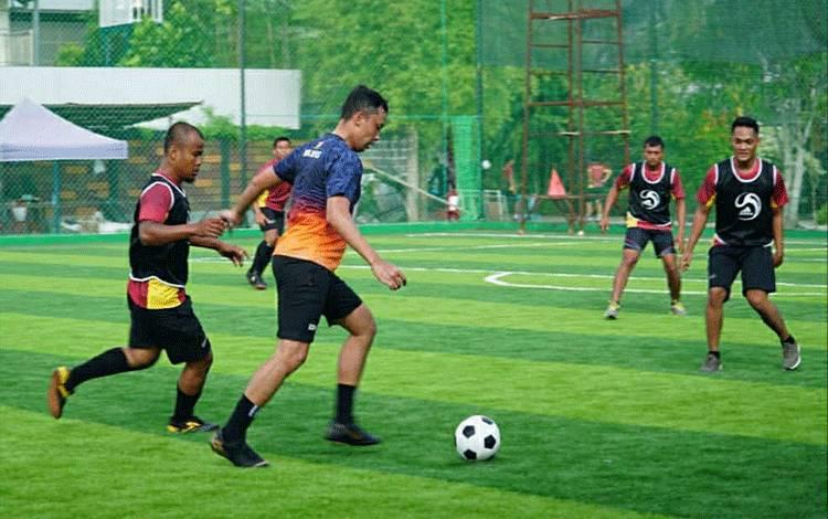 Suasana saat Personel Kodim 1011/Klk menjaga kebugaran tubuh lewat olahraga futsal pada Jumat, 3 Juli 2020.