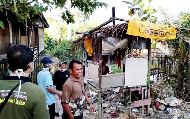 Petugas Dinas Sosial PMD Barito Utara saat akan membawa salah satu warga yang mengalami gangguan kejiwaan untuk ditangani di RSJ Kalawa Atei, Palangka Raya.