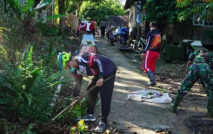 Bupati Hendra terjun langsung dalam gotong royong membersihkan rumah dan lingkungan warga.
