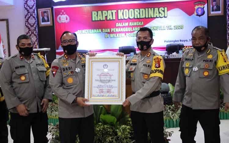 Kapolres Kobar AKBP E Dharma B Ginting menerima pengahrgaan dari Komnas Perlindungan Anak. Penghargaan diserahkan Kapolda Kalteng, Irjen Pol Dedy Prasetyo.
