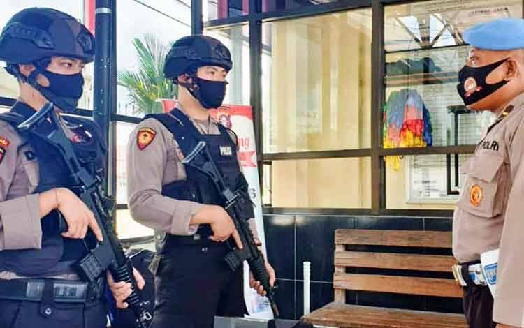Propam Polresta Palangka Raya saat pengecekan personel piket penjagaan.