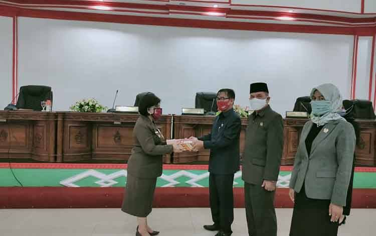 Wakil Bupati Barsel, Satya Titiek Atyani Djoedir menyerahkan draf 5 raperda kepada Ketua DPRD Barsel, HM Farid Yusran, Jumat, 3 Juli 2020.